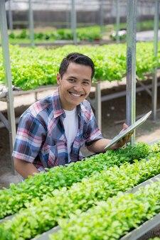 Мужской фермер в фермерском доме