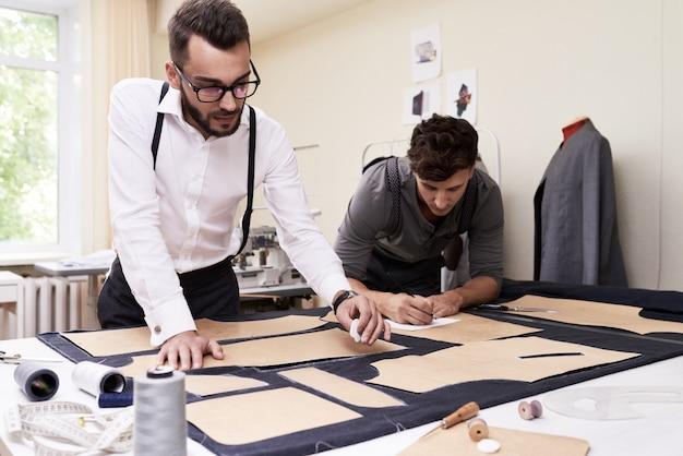 Мужские модельеры, делающие одежду