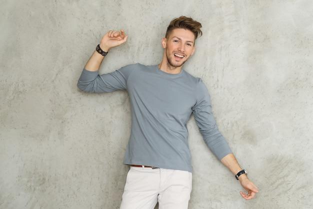 男性のファッション、若い男のポーズ