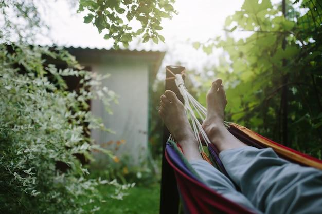 Мужские ноги в гамаке крупным планом, неузнаваемый человек