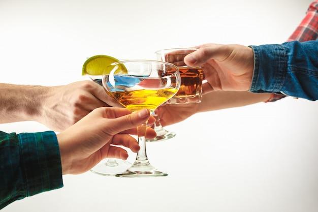 Mani maschili e femminile con cocktail esotici