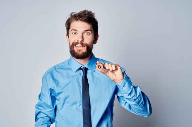 Мужчина финансист менеджер криптовалютный биткойн инвестиционный офис. фото высокого качества