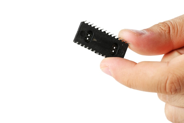 흰색 절연 마이크로 칩을 들고 남성 손가락