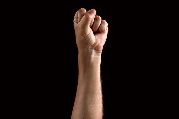 Мужской кулак поднят