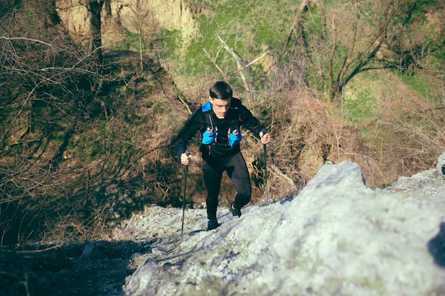 Спортсмен мужского пола гуляет на открытом воздухе на природе