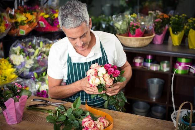 バラの花束を保持している男性の花屋