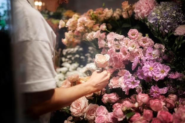 Мужской флорист делает красивый букет