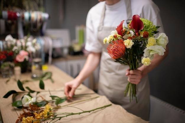 아름다운 꽃다발을 만드는 남성 꽃집