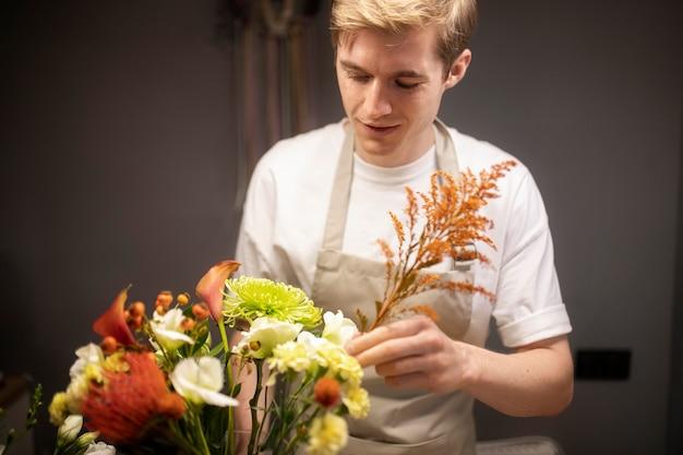 美しい花束を作る男性の花屋
