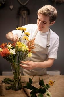 Fiorista maschio che fa un bellissimo bouquet