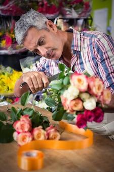 花の花束を準備する男性の花屋
