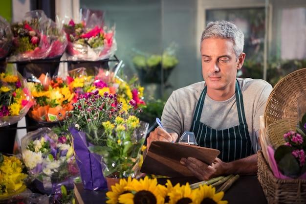 Мужской флорист пишет в буфер обмена