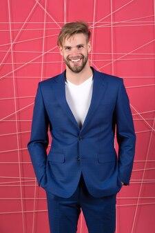 Мужской формальной моды уверенно бизнесмен в костюме бизнесмен счастливый человек почувствуйте успех