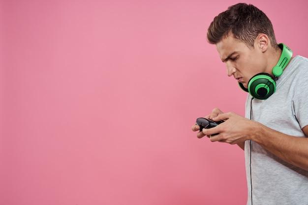 Мужчина-геймер позирует с контроллерами