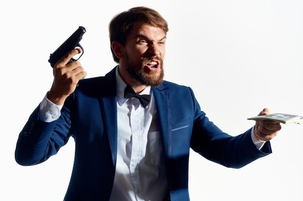 Мужской гангстер деньги в руке студия эмоций