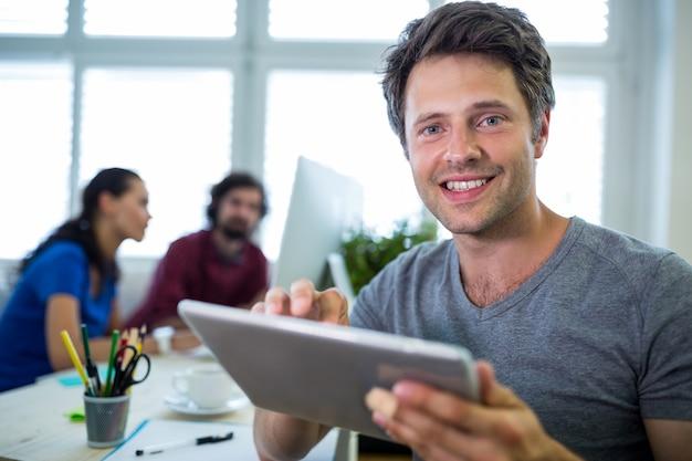 디지털 태블릿을 사용하는 남성 그래픽 디자이너