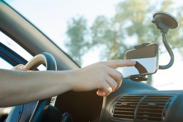 男性の手とスマートフォン