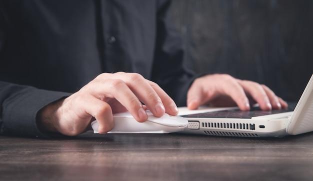 コンピューターのマウスをクリックする男性の手。インターネット。ビジネス。技術
