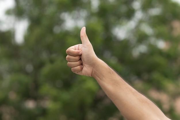 Жест мужской руки как знак