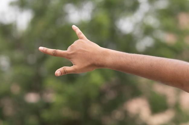 Знак рок жест мужской руки