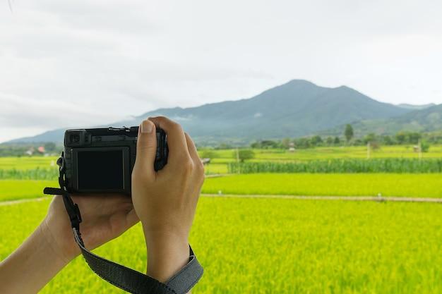 남자 손을 잡고 아름다운 논이나 농장을 촬영하는 카메라