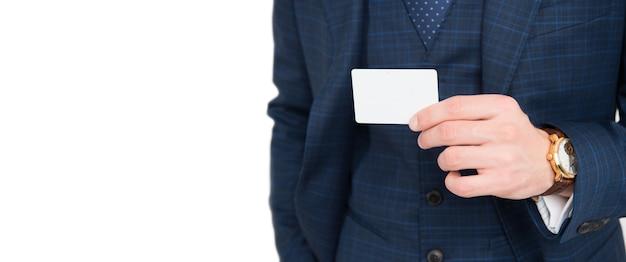 Мужская рука держит пустую визитную карточку контакта, представляющую информацию для копирования пространства, изолированного на белом