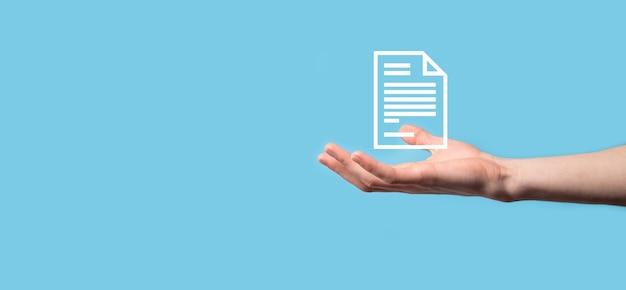 青い背景の上のドキュメントアイコンを持っている男性の手。ドキュメント管理データシステムビジネスインターネット技術の概念。企業データ管理システムdms。
