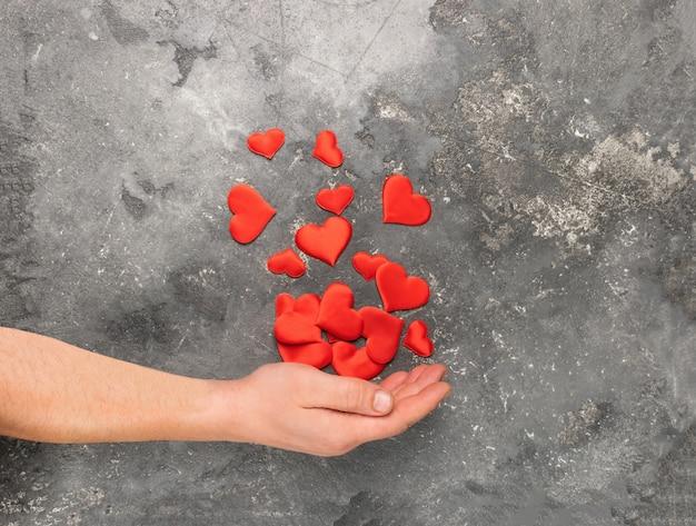 남성 손 손바닥에 마음을 잡고입니다. 건강이나 사랑의 개념