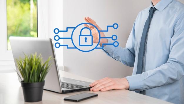 잠금 자물쇠 아이콘을 들고 남성 손입니다. 사이버 보안 네트워크입니다. 인터넷 기술 네트워킹입니다. 태블릿에서 데이터 개인 정보를 보호합니다. 데이터 보호 개인 정보 보호 개념입니다. gdpr. eu.배너.