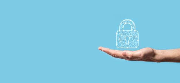ロック南京錠のアイコンを持っている男性の手。サイバーセキュリティネットワーク。インターネット技術ネットワーキング。タブレット上のデータ個人情報を保護します。データ保護プライバシーの概念。 gdpr。 eu.banner。