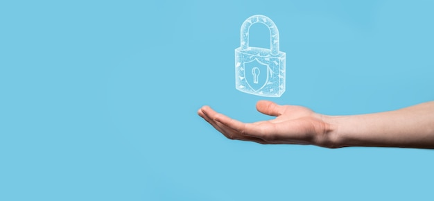 南京錠のアイコンを持っている男性の手。サイバー セキュリティ ネットワーク。インターネット技術ネットワーキング タブレット上のデータの個人情報を保護します。データ保護プライバシーのコンセプト。 gdpr。 eu.バナー。