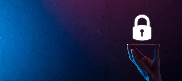Мужской рукой, держащей значок замка замка. сеть кибербезопасности. интернет-технологии, сети. защита данных личной информации на планшете. концепция конфиденциальности защиты данных. gdpr. ес баннер