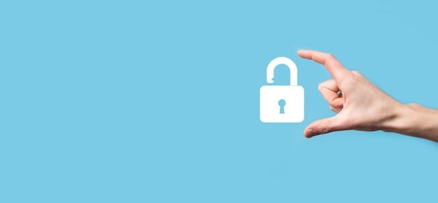 Мужская рука, держащая значок замка замка. сеть кибербезопасности