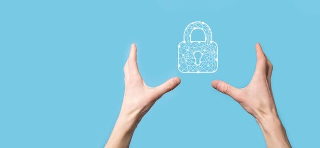 자물쇠 자물쇠 아이콘을 들고 남자 손 사이버 보안 네트워크입니다.