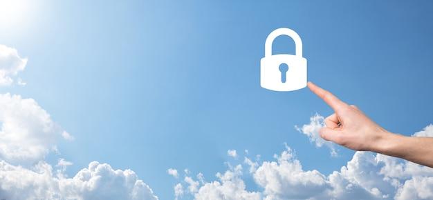 ロック南京錠のアイコンを持っている男性の手。サイバーセキュリティネットワーク。