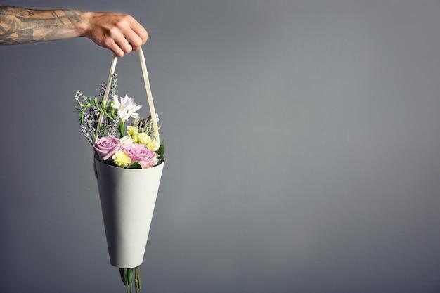 어둠 속에서 아름 다운 꽃다발을 들고 남자 손