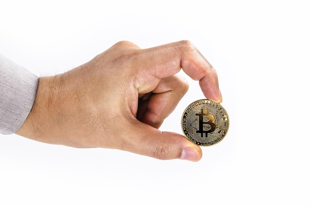 スペースコピーで孤立した白い表面にビットコインコインを持っている男性の手