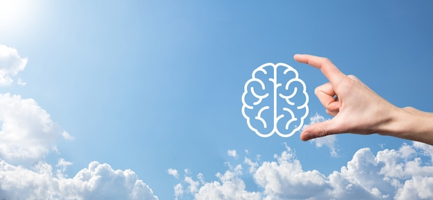 파란색 배경에 뇌 아이콘을 들고 남자 손입니다. 인공 지능 기계 학습 비즈니스 인터넷 기술 concept.banner 복사 공간입니다.