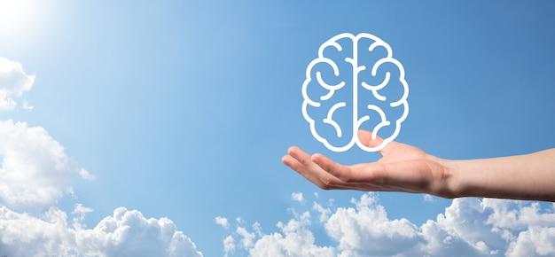 블루 표면에 뇌 아이콘을 들고 남자 손