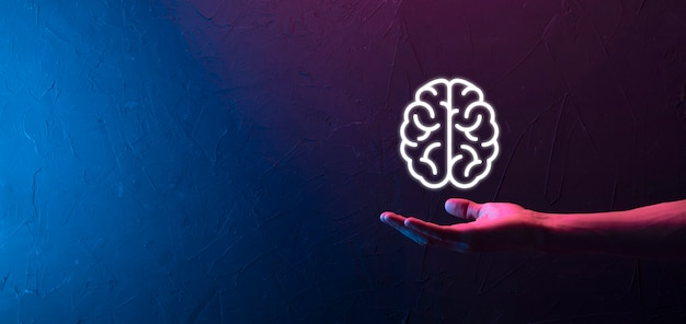 Мужская рука, держащая значок мозга на неоновом красном, синем фоне. искусственный интеллект машинного обучения бизнес-концепция интернет-технологий. баннер с копией пространства
