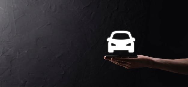 파란색 배경에 자동차 자동 아이콘을 들고 남성 손. 넓은 배너 구성입니다. 자동차 자동차 보험 및 충돌 피해 면제 개념