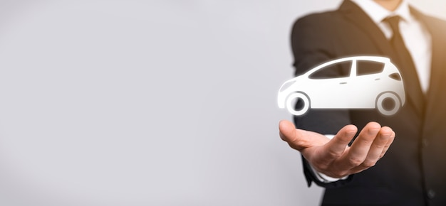 회색 바탕에 자동차 자동 아이콘을 들고 남성 손. 넓은 배너 구성입니다. 자동차 자동차 보험 및 충돌 피해 면제 개념