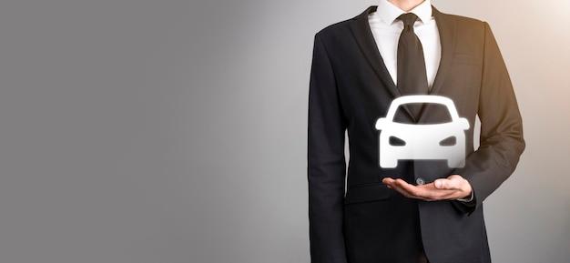 ネオン赤、青の背景に車の自動アイコンを持っている男性の手。広いバナー構成。自動車保険と衝突被害免除の概念