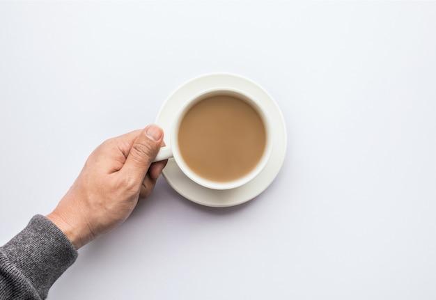 Мужская рука, держащая чашку кофе. концепции бизнеса и питья