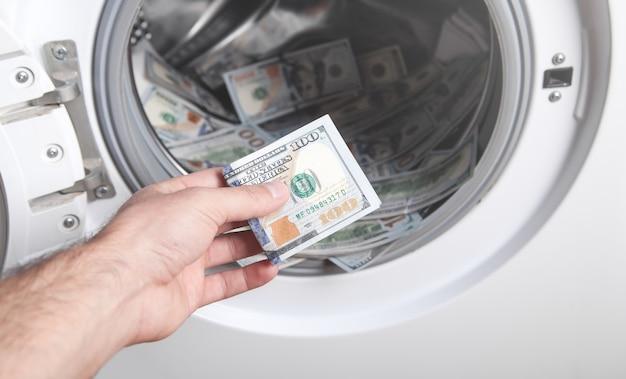 洗濯機でドルを持っている男性の手