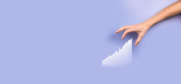 남성 손을 잡고 그래프 icon.checking 글로벌 네트워킹에서 판매 데이터 성장 그래프 차트 및 주식 시장을 분석합니다. 비즈니스 전략, 계획 및 디지털 마케팅.