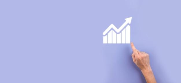 Мужская рука, держащая символ значка графика. проверка анализа диаграммы роста данных продаж и фондового рынка в глобальной сети. бизнес-стратегия, планирование и цифровой маркетинг.