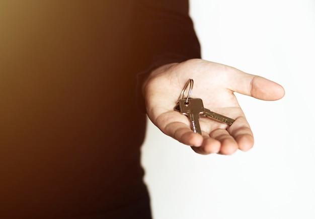 Мужская рука, держащая ключи