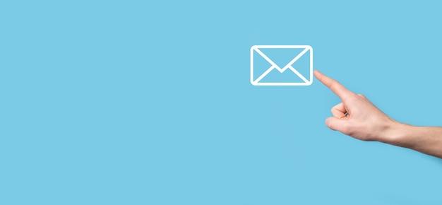 남성의 손을 잡고 편지 아이콘, 이메일 아이콘. 뉴스 레터 이메일로 저희에게 연락하고 스팸 메일로부터 개인 정보를 보호하십시오. 고객 서비스 콜 센터에 문의하십시오. 이메일 마케팅 및 뉴스 레터.