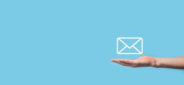 Мужская рука, держащая значок письма, значки электронной почты